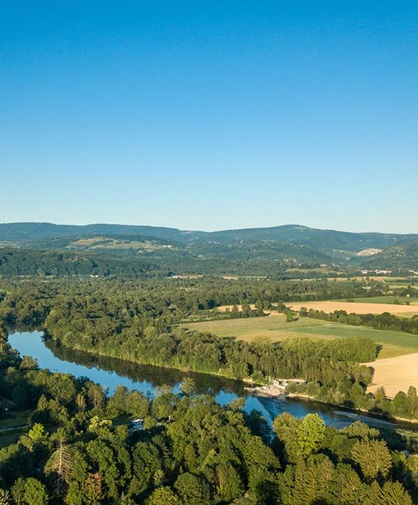 Rivière traversant un paysage agricole